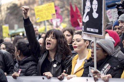 Asia Argento (con el puño en alto) es figura del movimiento #MeToo