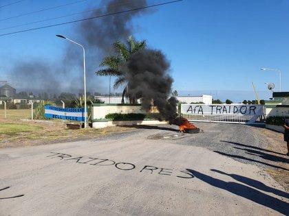 Protesta frente a la planta de la Cooperativa AFA (Foto: Franco Fafasuli)
