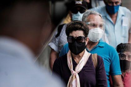 En la Argentina, la escasez de vacunas y un ritmo de vacunación lento son los principales problemas para paliar la pandemia (EFE/ Jeffrey Arguedas/Archivo)