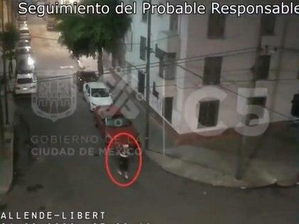 Sin embargo, el ladrón salió corriendo del inmueble antes de que llegaran los uniformados: el reporte de su ruta de escape fue recibido y siguieron tras de él (Foto: Twitter/@imagenZea)