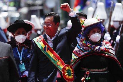 El presidente de Bolivia Luis Arce tras salir del Congreso tras su juramentación (AP/Juan Karita)