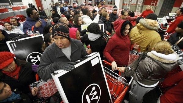 Las escenas de amontonamiento de carritos de compras son típicas del Black Friday. (Reuters)