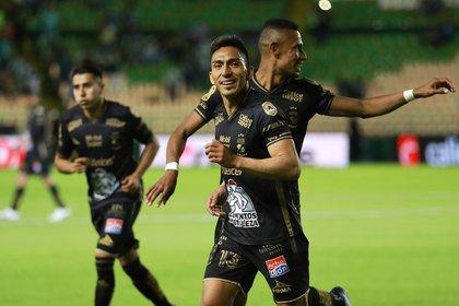 Angel Mena (i) de León celebra una anotación ante Toluca en el estadio León, del estado de Guanajuato (México). EFE/ Luis Ramírez