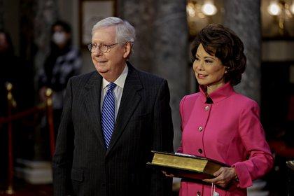 Elaine Chao junto a su esposo, el líder de la mayoría republicana en el Senado Mitch McConnell (Samuel Corum/REUTERS)