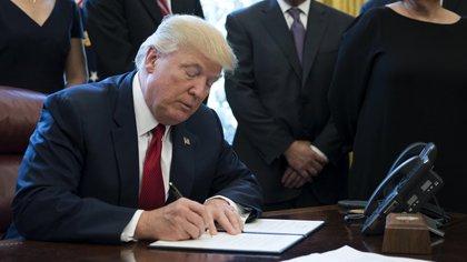 El felicitación del gobierno chino a Biden llega después de que el presidente Trump prohibiera invertir en empresas vinculadas al ejército del país asiático