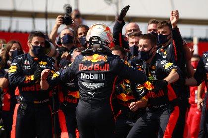 Formula One F1 - Los festejos del equipo austríaco luego de la victoria de Verstappen. Foto: REUTERS/Bryn Lennon
