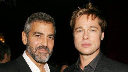 """George Clooney y Brad Pitt en la premiere de la película """"Michael Clayton"""" en 2007 (Shutterstock)"""