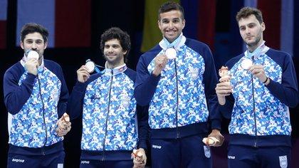 José Domínguez -el primero empezando de la izquierda- junto al resto del equipo de espada que ganó la medalla de plata en los Juegos Panamericanos (Lima 2019)