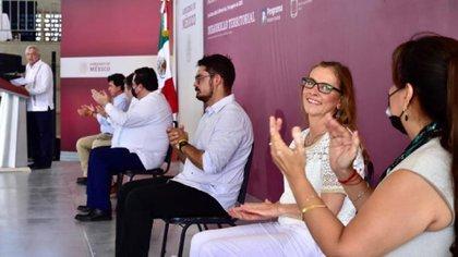 AMLO presume que Beatriz Gutiérrez lo acompaña en gira por BCS (Foto: Especial)