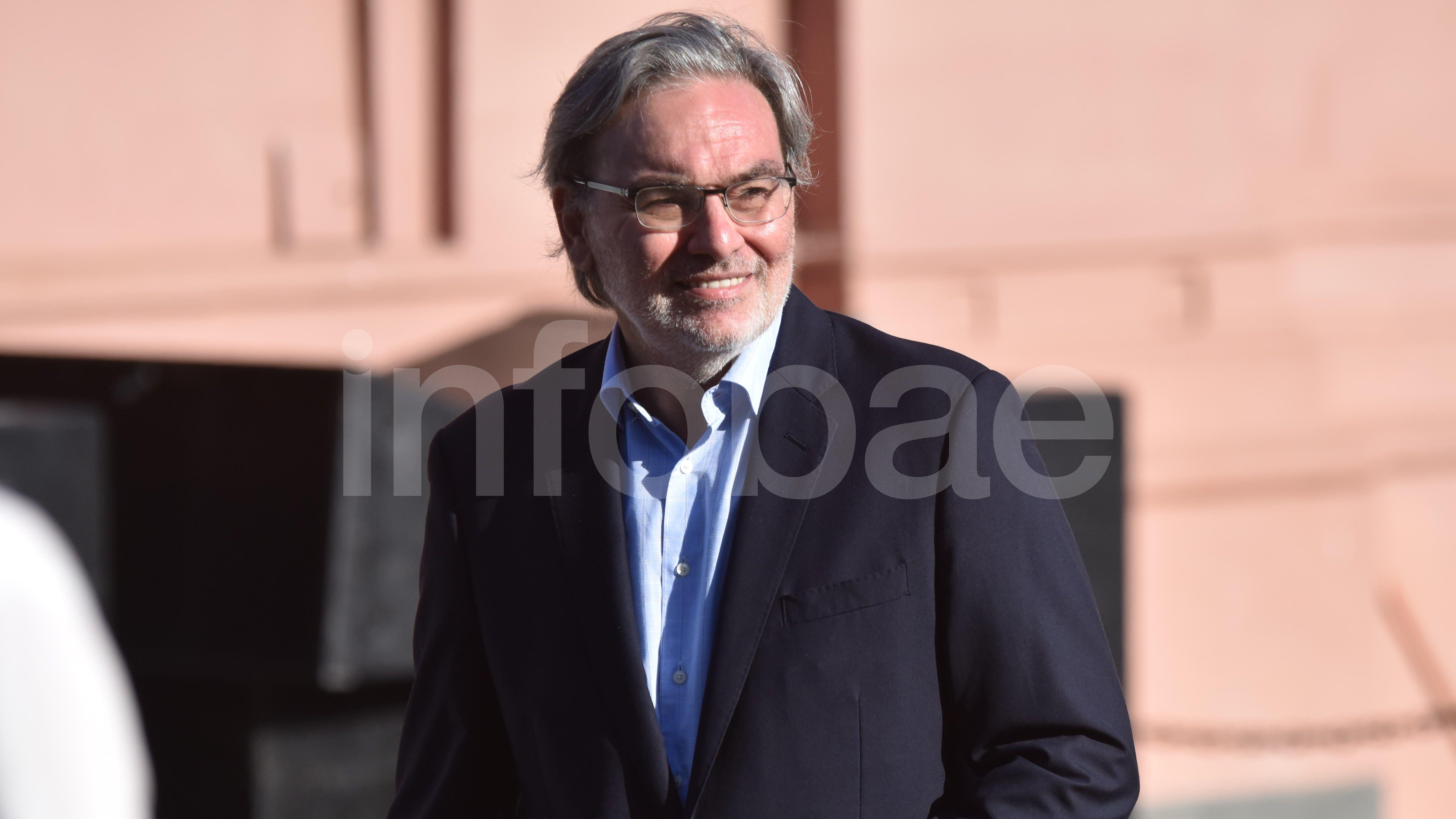 El secretario de Energía, Gustavo Lopetegui, se retira de la Casa Rosada ante la mirada de decenas de curiosos que observan desde la Plaza de Mayo