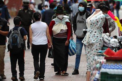 De las 24 provincias del país, la andina de Pichincha, cuya capital es Quito, es la más golpeada con un total de 138.693 contagios, 686 más que el miércoles, seguida por la costera de Guayas, con Guayaquil a la cabeza, con 53.167 positivos, 568 más que la víspera. EFE/ José Jácome/Archivo