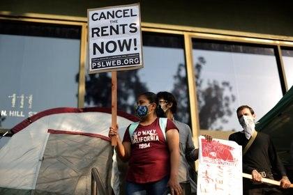"""Una manifestante con un cartel con la leyenda """"cancelen el alquiler"""". Foto: REUTERS/Lucy Nicholson"""