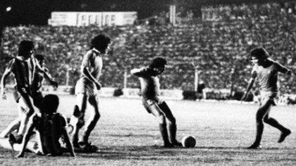 Ricardo Bochini, en el día de su cumpleaños, ya sacó el disparo que marcará el empate y el campeonato para Independiente tras luchar con tres hombres menos, en la cancha de Talleres de Córdoba.