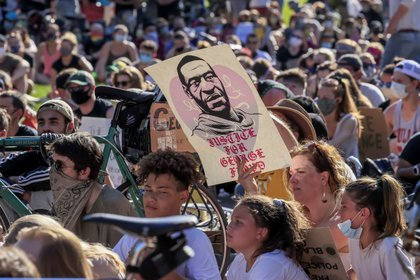 People participate in a protest over the Minneapolis, Minnesota arrest of George Floyd, who later died in police custody, in St. Paul, Minnesota, USA, 01 June 2020. EFE/EPA/TANNEN MAURY