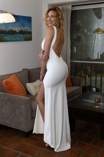 El vestido blanco, al cuerpo, con tajo lateral, espalda baja y cola, de Paz Cornú