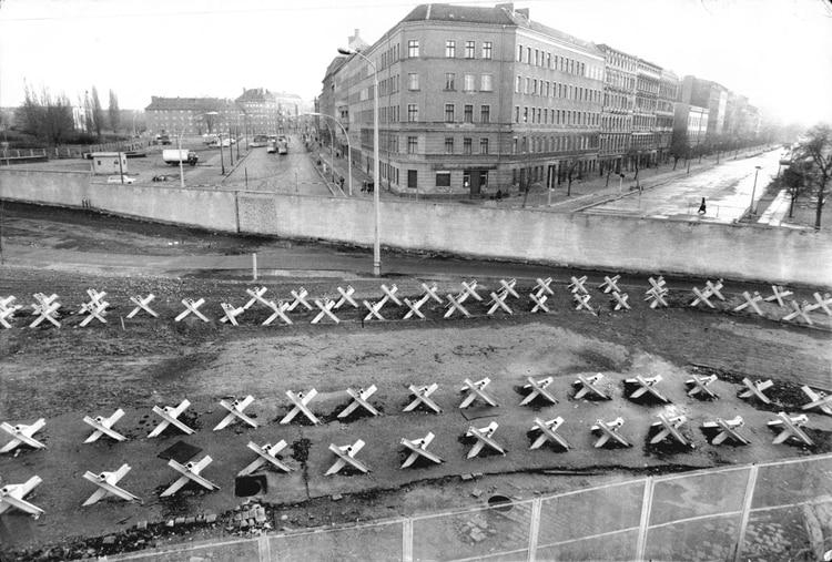 El 11 de agosto de 1961, los líderes políticos de Alemania Oriental firmaron las órdenes de cerrar la frontera entre Oriente y Occidente y erigir el temido Muro de Berlín. A medianoche, la policía y las unidades del ejército de la RDA comenzaron a cerrar la frontera y, el domingo 13 de agosto por la mañana, la frontera con Berlín Occidental estaba cerrada (Foto de Bill Cross/ANL/Shutterstock (1335632a))