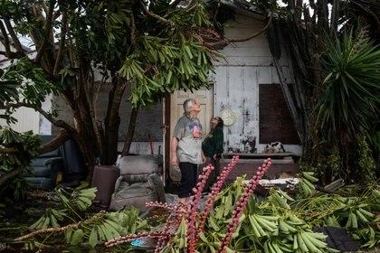 Charles Pecce, 70, y su esposa Sharon Becca, 76, sobservan su casa destruida en Port Mansfield, Texas (REUTERS/Adrees Latif)