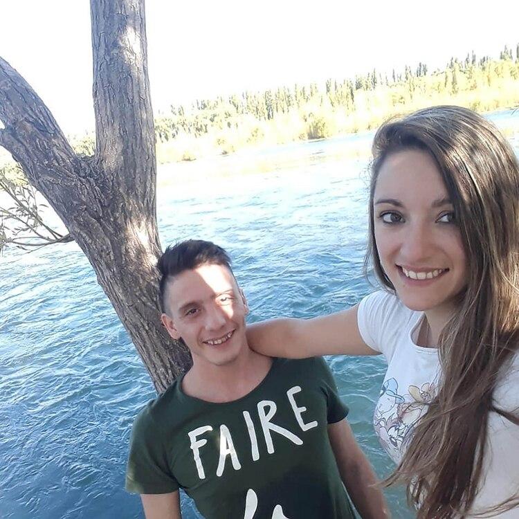 Jairo junto a su novia.