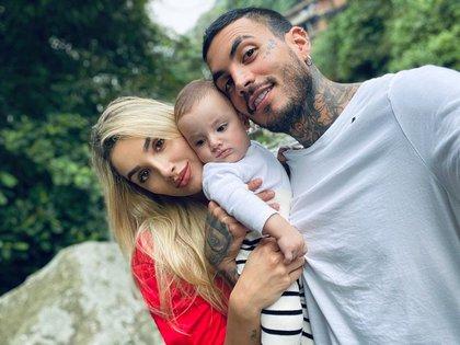 Melina Ramírez con Mateo Carvajal y su hijo. Foto de redes sociales.