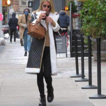 La hace frente al frío. Nicky Hilton se detuvo en una tienda de café a comprarse una bebida caliente mientras siguió caminando por las calles del barrio Soho de Nueva York