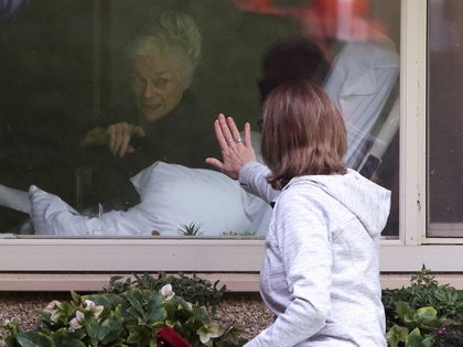 Lori Spencer visita a su madre, Judie Shape, de 81 años, en el Centro de Cuidado de la Salud de Kirkland, en Kirkland, Washington REUTERS/Jason Redmond/File Photo