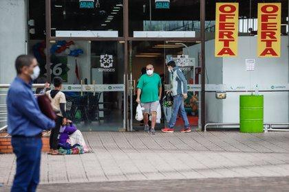 Personas con tapabocas hacen compras en un supermercado de Asunción (Paraguay). EFE/Nathalia Aguilar/Archivo