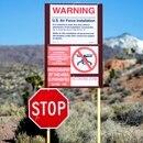 Uno de los carteles que restringen el acceso al Área 51 (Foto: Oliver Pacas via Unsplash)