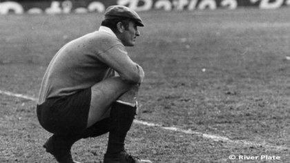 En cuclillas, una clásica postura de Amadeo en el arco millonario (River Plate)