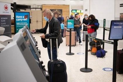 Un hombre hace su check-in para un vuelo en el Aeropuerto Internacional IAH George Bush en Houston, Texas, Estados Unidos. REUTERS/Adrees Latif