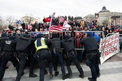 Foto de los disturbios del miércoles fuera del Capitolio de EEUU