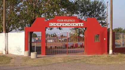 El portón de ingreso del Club Independiente de San Agustín en la provincia de Santa Fe, donde un hombre de 28 años abusó de una menor durante una fiesta.
