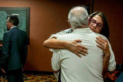 Tanya Gersh abraza a su padre tras conocer la resolución del juez (Foto: AP)