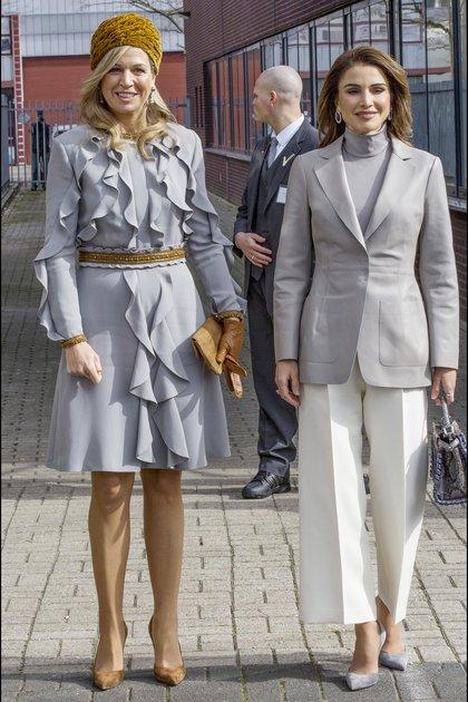 Máxima con un vestido clásico con volados, sombrero pillbox y stilletos a tono. Rania con equipo que incluye saco y pantcourt