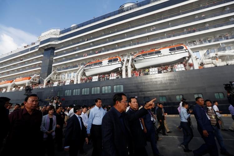 Hun Sen saluda a los pasajeros en Sihanoukville (REUTERS/Stringer)