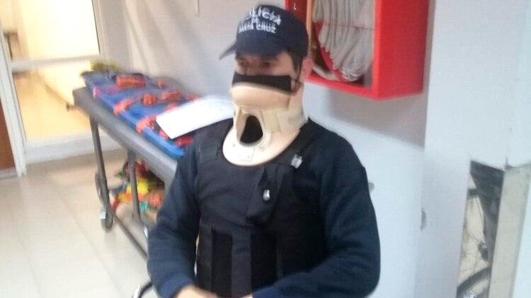El cabo Juan Carlos Rodríguez, con el cuello ortopédico (puesto por precaución) después de haber sufrido el ataque por parte de la familia Casarini