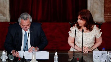 El presidente de Argentina, Alberto Fernández, sentado junto a la vicepresidenta Cristina Fernández de Kirchner (Natacha Pisarenko/Pool via REUTERS)