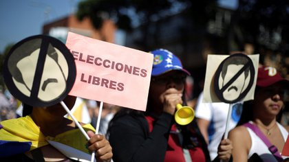 """Opposition supporters take part in a rally against Venezuelan President Nicolas Maduro's government in Caracas, Venezuela February 2, 2019. A placard reads: """"Free elections"""". REUTERS/Andres Martinez Casares"""