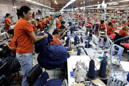 Anualmente, se destinan 93.000 millones de metros cúbicos de agua en la industria textil. REUTERS/Jorge Adorno/ Archivo