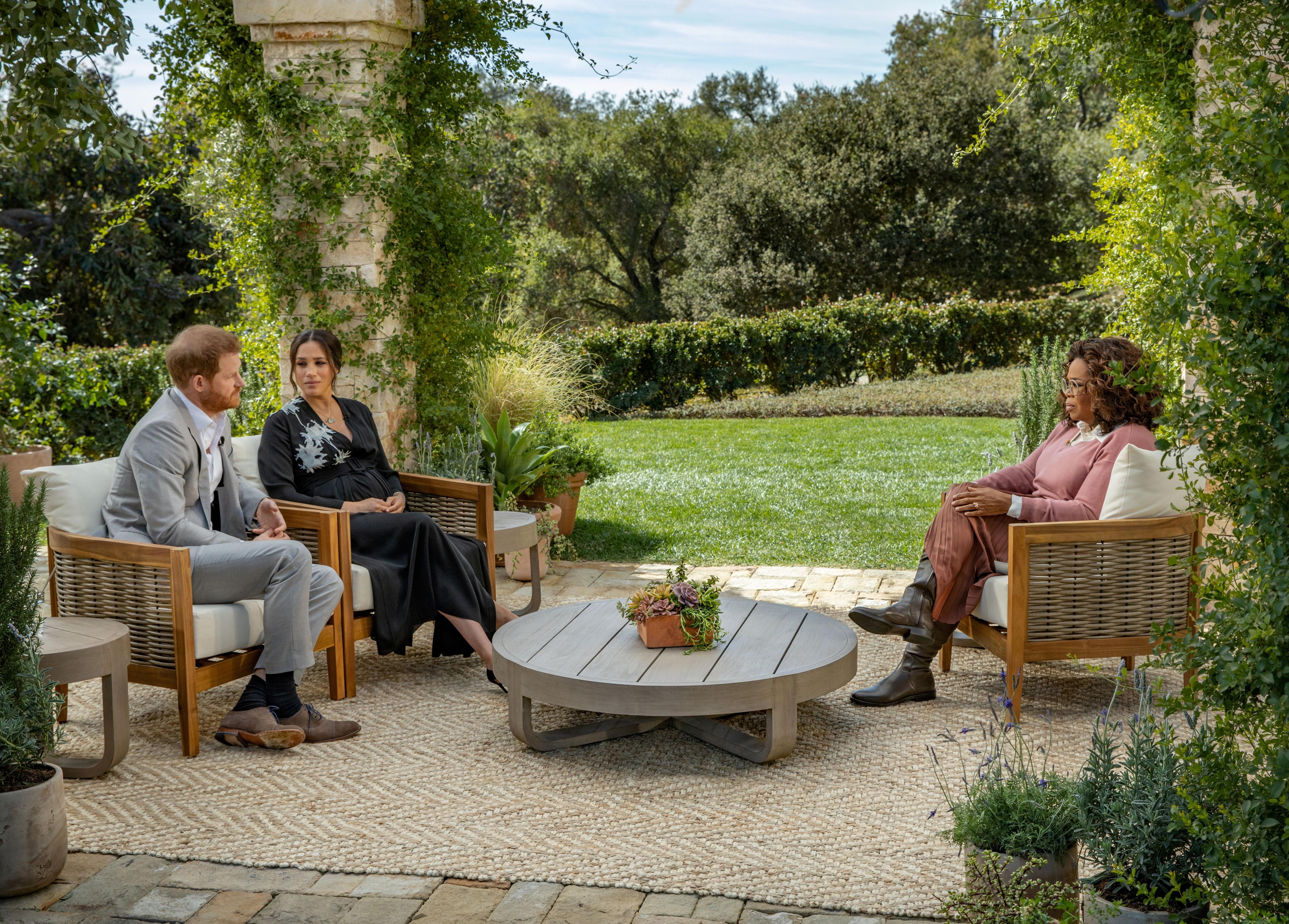 Los duques de Sussex durante la entrevista con Oprah.  Harpo Productions/Joe Pugliese/Handout via REUTERS/File Photo
