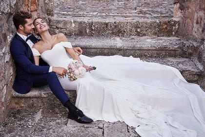 """El cantante español sorprendió al anunciar que se casó con Rosanna Zanetti y posteó en su cuenta de Instagram una imagen que causó revuelo entre sus seguidores. """"Ni en sueños habríamos imaginado una boda más perfecta""""."""