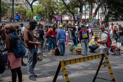Trabajadores informales venden sus productos y mercancía en los alrededores del mercado de Catia en Caracas (Venezuela). EFE/RAYNER PEÑA R./Archvio