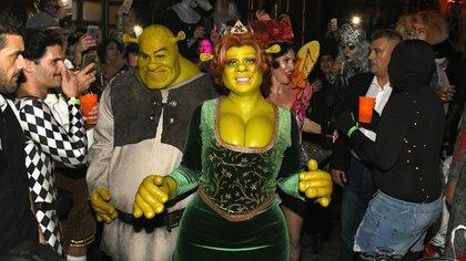 Heide Heidi, de 45 años, junto a su novio, Tom Kaulitz, 29, como Fiona y Shrek (AFP)