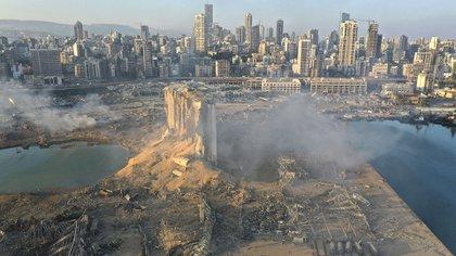 La escena de la mega explosión que golpeó el puerto de Beirut, Líbano. Allí puede verse cómo quedaron los silos que estaban junto al depósito incendiado donde comenzó la tragedia (Foto AP / Hussein Malla)