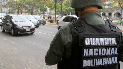 La Guardia Nacional Bolivariana es cómplice del narcotráfico de grupos ilegales colombianos, quienes los sobornan por su silencio, y ahora les piden protección y hasta les encargan el transporte de droga.