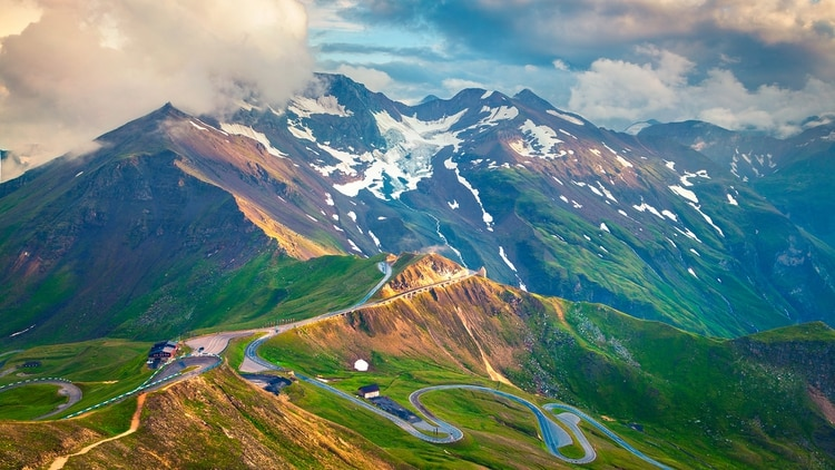 La ruta de turismo permite a los automovilistas experimentar escenarios prístinos de alta montaña a los que antes solo podían acceder los alpinistas (Shutterstock)