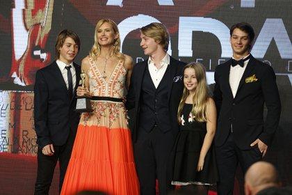Valeria Mazza recibió un galardón por su trayectoria. Sus hijos la acompañaron en el escenario (Nicolás Aboaf)
