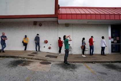 IMAGEN DE ARCHIVO. Personas que perdieron sus empleos esperan en una fila para completar pedidos de seguros por desempleo en medio del brote de coronavirus, enFayetteville, Arkansas, EEUU. Abril 6, 2020. REUTERS/Nick Oxford