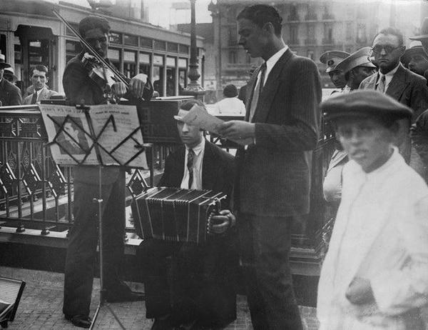 Músicos de tango frente a la estación de subte. Año 1930
