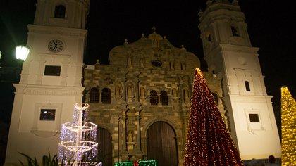 La Catedral Basílica Santa María la Antigua de Panamá es un templo católico localizado en el casco antiguo de la ciudad de Panamá. Fue consagrada en 1796