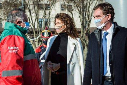 Analia Maiorana acompañó a Diego Santilli a izar la bandera en Plaza de Mayo. La mujer del Vicejefe de Gobierno de la Ciudad de Buenos Aires lució una original escarapela de diseño de la firma Es que Lo Necesito
